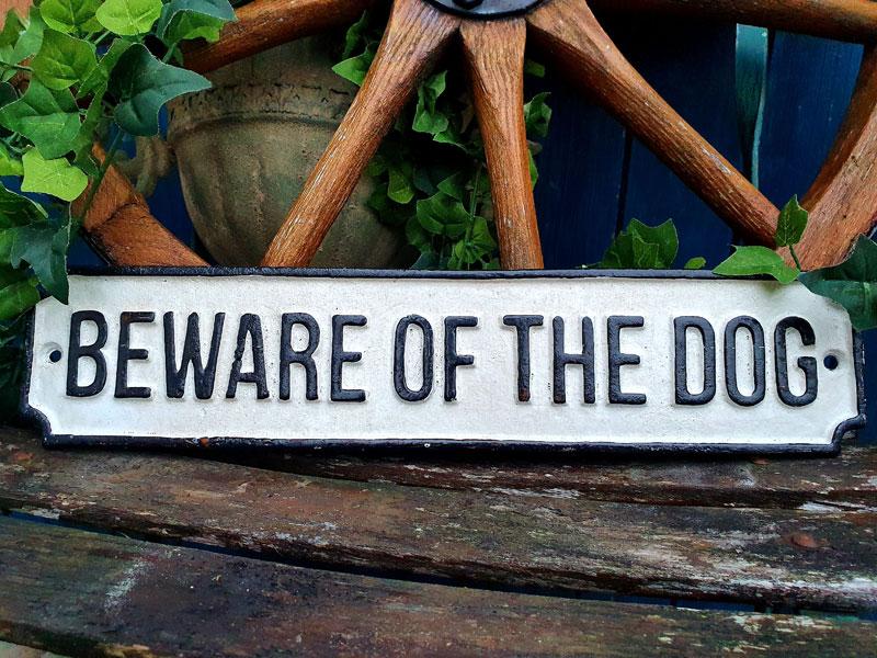 """Großes, antik wirkendes Schild """"Beware of the Dog"""" Gusseisen"""
