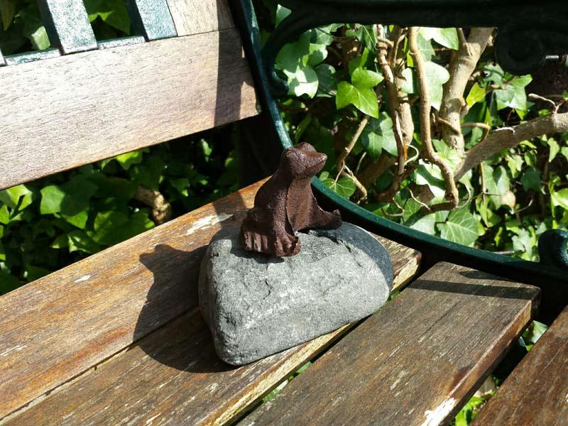 Tierfigur auf Stein - Frosch